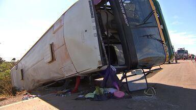 Ônibus tomba e deixa 10 pessoas feridas em Mato Grosso - Um ônibus tombou e deixa 10 pessoas feridas em Mato Grosso.