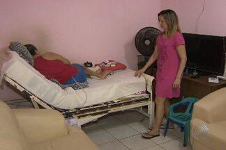 Aposentada que vive em cima de cama aguarda há mais de um ano por complemento do INSS - Aposentados que dependem de outras pessoas devem receber um acréscimo de 25% no benefício.