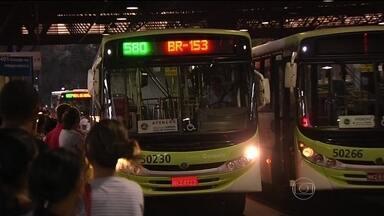 Empresas de ônibus de Goiânia não podem mais ser multadas por atrasos - As empresas de ônibus de Goiânia não podem mais ser multadas por causa de atrasos nas viagens. Um juiz aceitou o argumento das empresas de que os atrasos são causados por imprevistos.