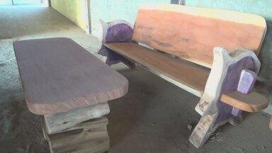 No interior do AM, artesão transforma madeira em móveis de luxo - Material rejeitado pela indústria é usado pelo artesão, que trabalha em Apuí.