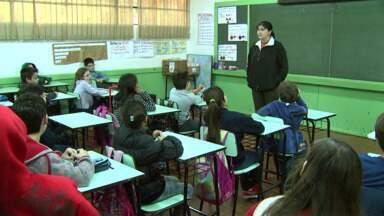 Estudantes voltam às aulas depois de quinze dias folga - Alguns colégios ainda não receberam os livros didáticos.
