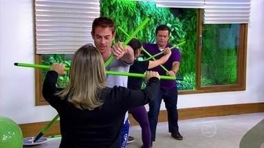 Exercícios com bastão fortalecem a resistência - E o bastão pode ser um simples cabo de vassoura. Trabalha-se a força muscular: um resiste e o outro pressiona.