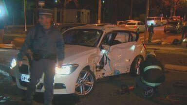 Novas imagens mostram acidente entre carros importados em Campinas - Um novo vídeo revela que o motorista que morreu na colisão entre dois carros importados passou no sinal vermelho. Testemunhas haviam relatado o contrário em depoimentos feitos para a polícia.