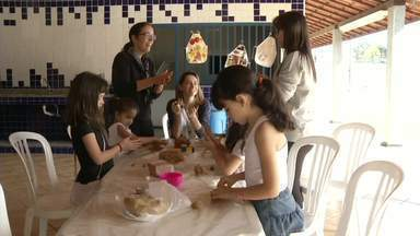 Série 'Férias D+!' mostra crianças em colônias de férias no sul do Rio - Pais gastam tempo e disposição podem montar uma em casa e receber os amiguinhos, mas se a correria do dia a dia for grande, as mais tradicionais também agradam a garotada.