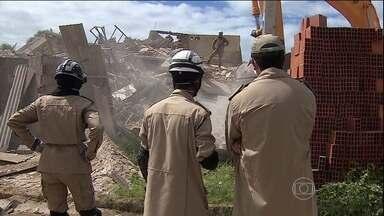Prédio desaba em Aracaju (SE) - Um prédio de quatro andares desabou em Aracaju. Os bombeiros procuram por quatro pessoas de uma mesma família, que podem estar debaixo dos escombros.