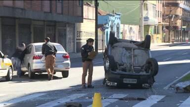 Acidente no centro de Curitiba deixa duas pessoas feridas - Com o impacto da batida, um dos carros capotou.