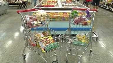 Éder tenta se livrar das tentações no supermercado - A hora de fazer compras é sempre a mais difícil. Afinal, é no supermercado que estão as tentações.