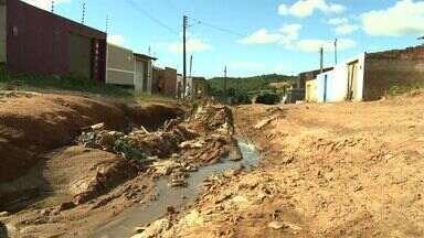 Ruas esburacadas tiram o sossego de pedestres e motoristas em Arapiraca - Buracos são causados pela chuva. Moradores do bairro Planalto temem que a situação piore.