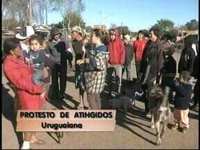 Em protesto por demora de ajuda, atingidos pela cheia bloqueiam rua com entulhos - Prefeitura diz que tem enviado cestas básicas para a região e, até sexta-feira, serão enviadas mais 1200.