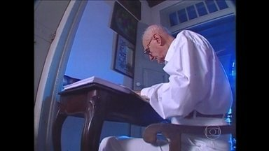 Morre, aos 87 anos, Ariano Suassuna - O paraibano estava internado na UTI do hospital português no Recife. Na noite de segunda-feira (21), ele sofreu uma acidente vascular cerebral e foi operado.