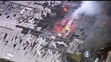 Metalúrgica explode em São Paulo - Parte de uma metalúrgica explodiu em São Bernardo do Campo, no ABC paulista. Os bombeiros utilizam espuma química para tentar controlar as chamas.