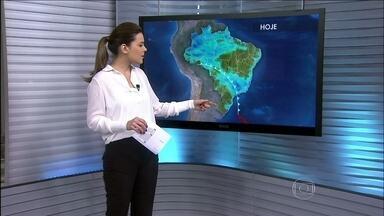 Meteorologia prevê chegada de nova onda de frio - Segundo os meteorologistas, pode nevar nas serras do Rio Grande do Sul e de Santa Catarina. A chance disso acontecer é de 75%. A frente fria do Sul do país vem pro Sudeste com nuvens bem carregadas.