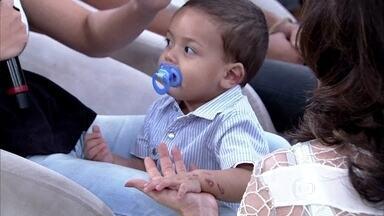 Mãe se emociona ao lembrar do momento que bebê foi atropelado - Pais contam detalhes de como a criança chegou até a garagem de casa