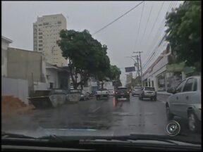 Chuva cai fraca, mas alivia tempo seco na região noroeste paulista - A chuva que todos estão esperando veio fraquinha. Em Rio Preto (SP), apenas chuva fraca. Em Votuporanga (SP) a chuva veio mais forte. Até acumulou um pouco de água em algumas ruas.