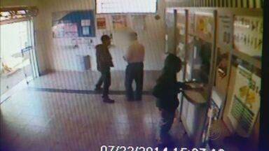 Câmera de segurança flagra assalto a casa lotérica em Franca, SP - Quatro homens armados rendem clientes e funcionários, e levam todo o dinheiro do caixa.
