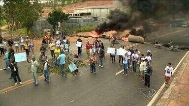 Dnit promete retomada de obras e moradores encerram protesto no ES - Manifestação acabou após quatro horas de interdição da BR-101, na Serra. Moradores pediam volta de obras de construção de viaduto.