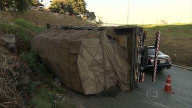 Caminhão tombado deixa trânsito lento na Região Oeste de Belo Horizonte - Acidente ocorreu no bairro Madre Gertrudes.