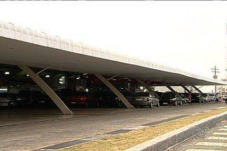 Três homens são presos por formação de quadrilha e estelionato em Aparecida de Goiânia - Suspeitos vendiam carros de clientes e não repassavam o dinheiro para os donos. Pelo menos 50 pessoas foram enganadas.