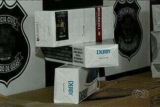 Polícia recupera carga roubada em Cidade Ocidental - Cerca de 30 caixas de cigarro estavam dentro de dois carros.