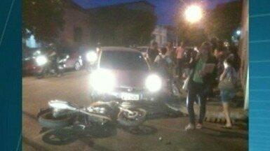 Motociclista fica ferido em acidente com motocicleta, no Sul do ES - De acordo com as primeiras informações, o carro vinha no sentido Baiminas-Centro, em Cachoeiro de Itapemirim, quando atingiu a moto.