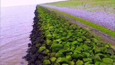 Construção de barreira para conter Mar do Norte transformou a Holanda - Há 80 anos, holandeses construíram barreira de 32 quilômetros contra enchentes e inundações. A obra deu origem à rodovia e novas regiões.