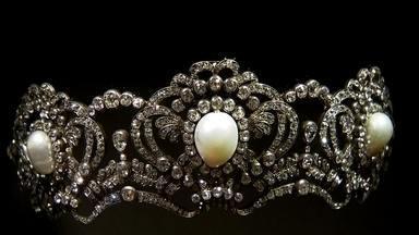 Museu de Arte Brasileira exibe joias com pérolas - As mais de 200 joias expostas, vindas do Catar, têm história e pertencem a uma fundação do governo do país.