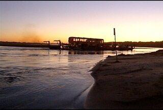 Redução do volume do Rio São Francisco prejudica agricultores, pecuaristas e pescadores - Apesar do assoreamento e a baixa do nível da água do rio, as balsas voltam a navegar em São Francisco.