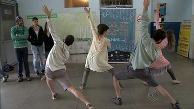 Atores e bailarinos levam dança para a rodoviária de São João del Rei - Objetivo da intervenção é aproximar a arte do cotidiano.