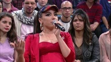 Anitta conta que era uma péssima vendedora de roupas - Cantora comenta que trabalhou durante um mês em uma loja