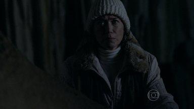 Maria Marta segue José Alfredo até uma caverna e o vê mexendo em um tesouro - O comendador escuta um barulho, mas não identifica a esposa