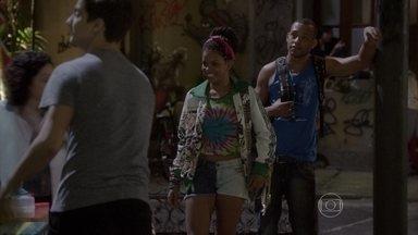 Sol comemora o trabalho e paga lanche para Wallace - A menina aproveita o dinheiro que ganhou para ficar como acompanhante de Dalva