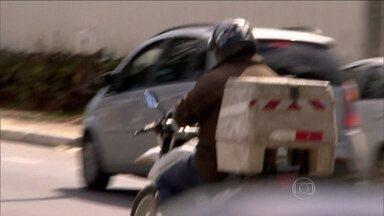 Muitos motociclistas ainda não se adaptaram às novas regras de segurança - As regras de segurança já tem um ano e meio mas não é difícil flagrar motociclistas irregulares. Em Belo Horizonte, quem não se adequou é multado pela fiscalização.