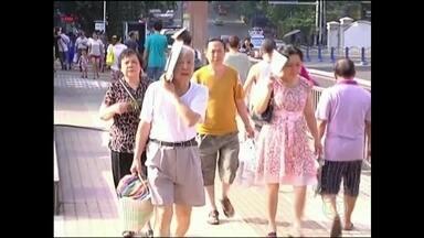 Onda de calor mata 15 pessoas na Ásia - No Japão, as altas temperaturas provocaram a morte de 15 pessoas. Mais de oito mil foram hospitalizadas, duzentas em estado grave. Na China, a temperatura passou de 50ºC em Luzou.