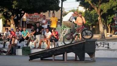 Garotada se reúne para praticar BMX em bairro de Fortaleza - Bicicletas especiais viram febre na capital cearense. Confira reportagem especial