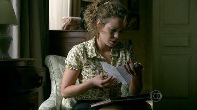 Cristina fica atordoada com o conteúdo do álbum de recortes - Ela encontra a falsa carta de Eliane
