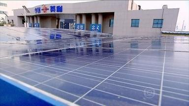 China desenvolve tecnologia solar para combater a pesada poluição no país - Preocupados com fontes de energia capazes de ajudar a combater a pesada poluição, os chineses deram grande impulso a uma tecnologia de ponta: a solar. O repórter André Trigueiro foi conhecer algumas destas novas tecnologias.