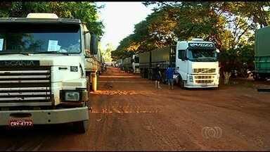 Motorista de caminhão reclamam de falta de estrutura em armazéns no sudoeste de Goiás - Segundo os motoristas, faltam banheiros e em muitos locais há lama e poeira.