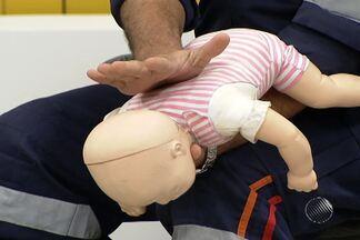 Morte de criança engasgada chama atenção para os primeiros socorros; saiba o que fazer - Profissionais do Samu falam sobre o assunto e ensinam os procedimentos de reanimação.
