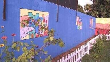 Professores usam o grafite para mudar o visual de escola - Um concurso será realizado para escolher os desenhos que vão enfeitar o muro da escola