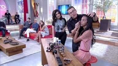 Maquiador Marcos Costa ajuda Nathalia Rodrigues a se maquiar - Integrante do 'Esquenta' revela desejo de independência