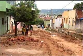 Moradores reclamam da retirada do calçamento das ruas do Bairro Seminário, no Crato - Encosta do Bairro Seminário passa por obras de revitalização.