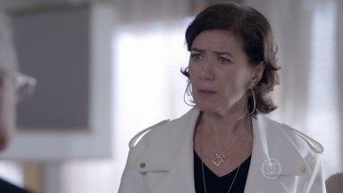 Maria Marta percebe provocação de José Alfredo - Milionária encontra apartamento revirado por causa de faxina e decide ir até a empresa da família