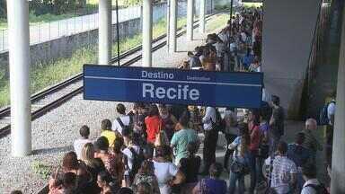 Passageiros sofrem para usar linha sul do metrô durante a manhã - Problema nos cabos de ligação dos trens, entre as estações Imbiribeira e Recife, provocou atrasos entre as viagens.