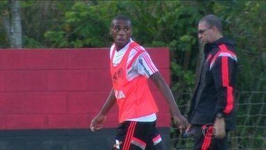 Após dificuldades, Marcelo se destaca na estreia como titular do Flamengo pelo Brasileirão - Técnico e jogadores rubro-negros elogiam a participação do Zagueiro como titular.