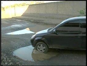 Moradores do bairro Santos Dumont em Valadares denunciam buracos em rua - Segundo eles acidentes já aconteceram no local.