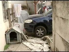 Carro bate e derruba um muro no bairro Iguaçu em Ipatinga - Ninguém ficou ferido.