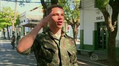 José Loreto treina 'pesado' para viver soldado em Boogie Oogie - Vídeo Show acompanha um dia do ator no Exército