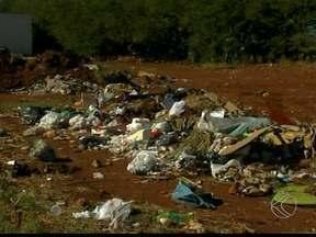 Moradores reclamam de descarte irregular de lixo em Uberaba - Problemas acontecem nos bairros Residencial 2000 e Parque dos Girassóis. Departamento de Posturas garantiu solução imediata.
