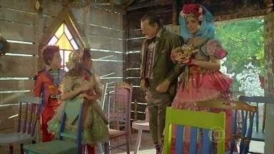 Giácomo e Rosinha se casam - Rosinha se emociona ao receber de Giácomo a aliança que foi da falecida esposa dele. Serelepe e Pituca são as testemunhas do matrimônio. Izidoro não se conforma com a notícia do casamento de sua amada