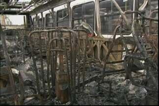 Ônibus fica destruído após pegar fogo em Feira de Santana, na Bahia - O acidente aconteceu na noite de quinta-feira (31), na Avenida Presidente Dultra, uma das mais movimentadas da cidade. Empresa de ônibus pode ser multada pela prefeitura.